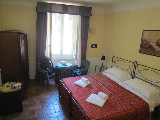 Relais Il Campanile: Habitación con cama matrimonial muy amplia.