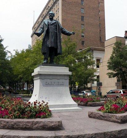 Garfield Suites Hotel: Garfield Statue to left of Garfield Suites