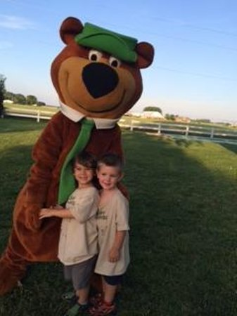 Kansas City Jellystone Park : Enzo & Liam meet the 'REAL Yogi'