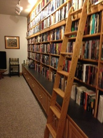 Peregrine Pointe Bed and Breakfast: The Library