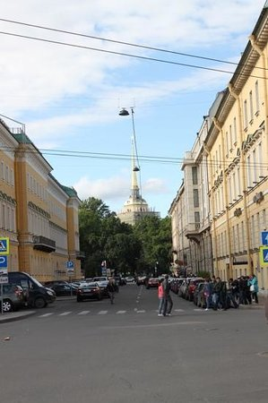 Petro Palace Hotel: Almirantado visto da rua do hotel