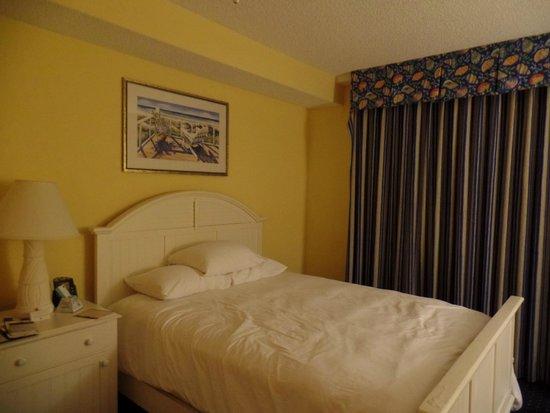 DoubleTree by Hilton Hotel Grand Key Resort - Key West: Quarto pequeno, teto baixo.