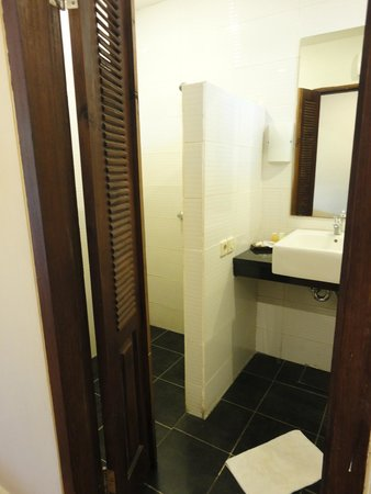 Sunset House Lombok: a large and clean bathroom