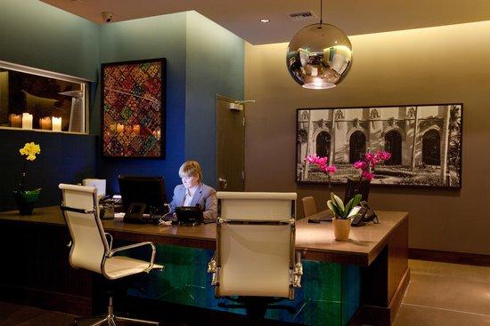 Sirtaj Hotel: Front Desk