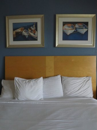Chart House Suites on Clearwater Bay: bedding