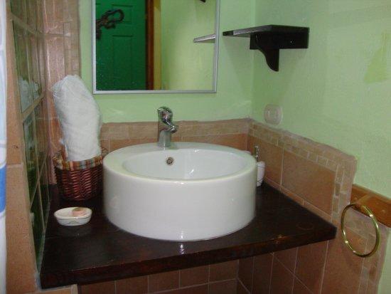 La Casa de las Flores Hotel: Bathroom