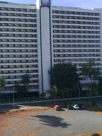 Brasilia Imperial Hotel e Eventos: Vacant lot next door.