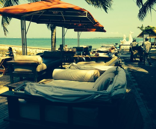 Puri Santrian: Comfortable, cushioned lounging spaces on the beach