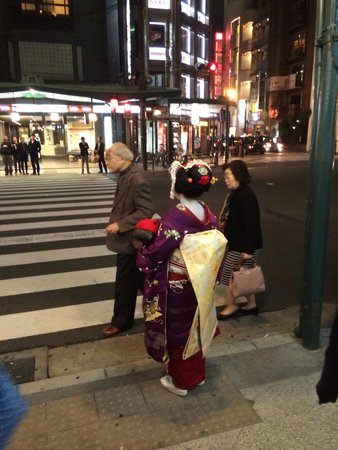 Maiko in Gion 2