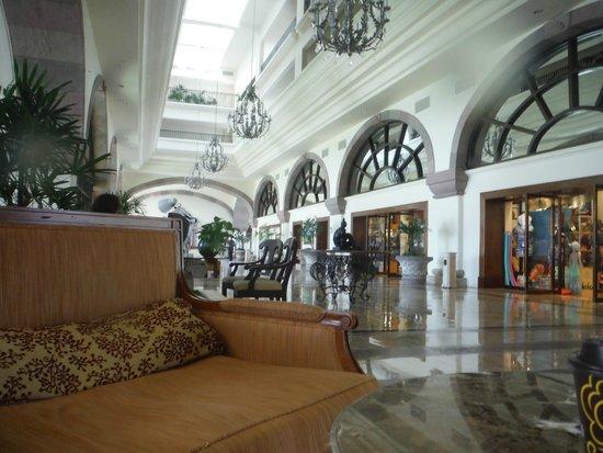 Marriott Cancun Resort: Walk Way to elvators