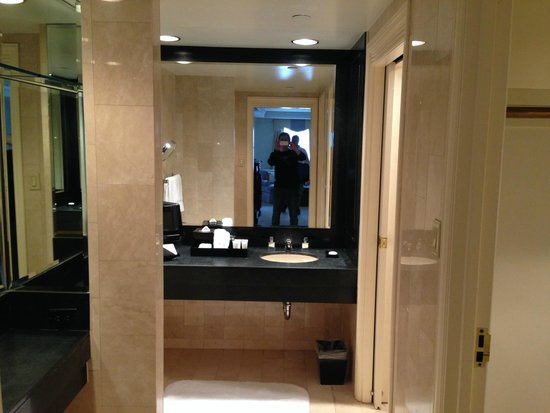 The Michelangelo Hotel: bathroom/dressing area