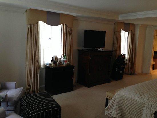 The Michelangelo Hotel : TV area