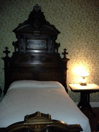 City Hotel: Elizabeth's bed in Room 1