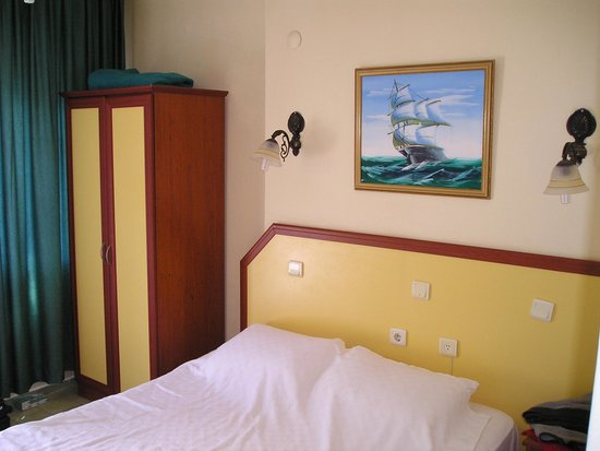 Seler Hotel: Room clean but tired and sockets in bad place