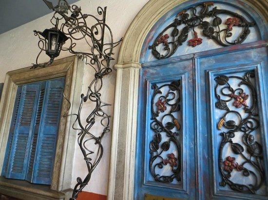 Mezes At Rhodes At Zinnis: Greek decor