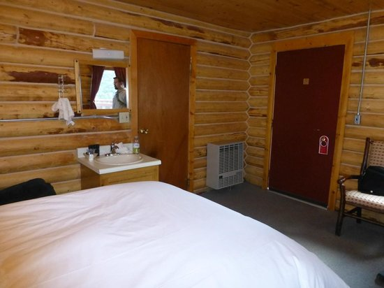 Denali Crow's Nest Cabins: Sink next to bed