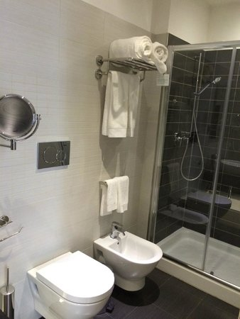 At Forty-One Luxury Suites & Rooms : Shower