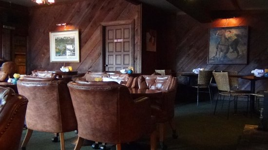 Makawao Steak House: the bar area