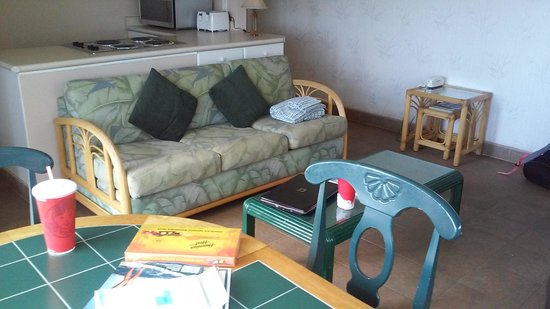 Kihei Kai Oceanfront Condos: Sadly uncomfortable and outdated living room