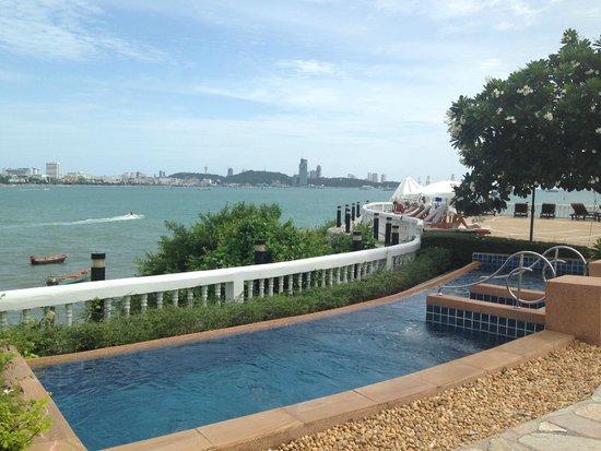 Dusit Thani Pattaya: upper pool