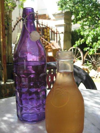 Chez Jeannette: L'eau et le rosé en pichet bien frais !