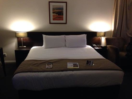 Grand Chancellor Melbourne: Massive bed