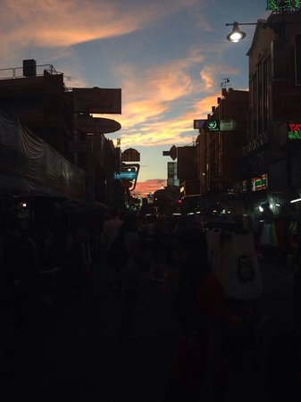 Rikka Inn: Sunset on khao San road