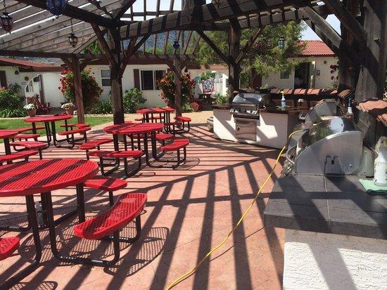 Sandy Beach Motel : BBQ area next to kids playground.