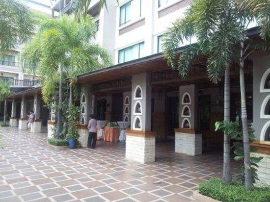 Royal Empire Hotel: Near the hotel swimming pool