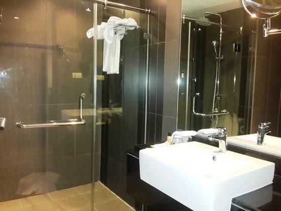 Golden Tulip Mandison Suites: Comfortable Bathroom