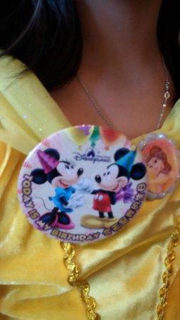 "Hong Kong Disneyland Hotel : ""It's my birthday"" button"