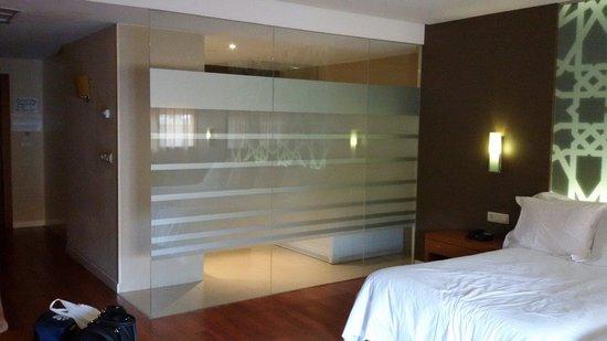 Hotel Granada Palace: Mampara divide zona aseo con habitación Suit Junior