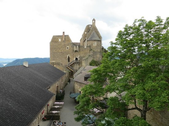 Burgruine Aggstein: The courtyard with the castle's restaurant