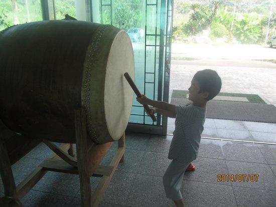 Thida Moon: 玄関の太鼓をたたかせてくれました