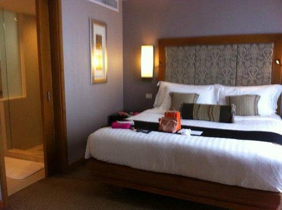 Dusit Thani Bangkok : Dusit Club Room (bedroom)
