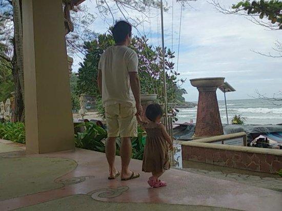 Kata Beach Resort and Spa: 庭より波が見える