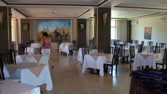 Hotel Oasis : salle vide  aucun client