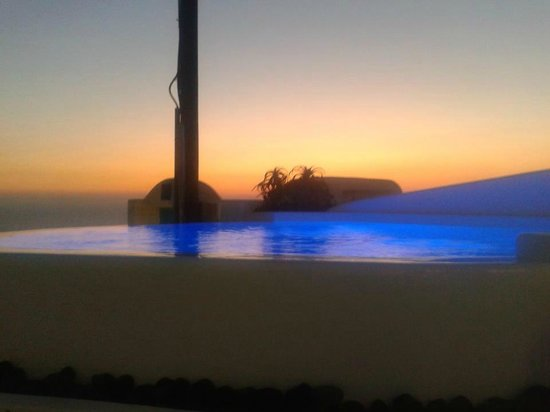 Dreams Luxury Suites : Pool by night