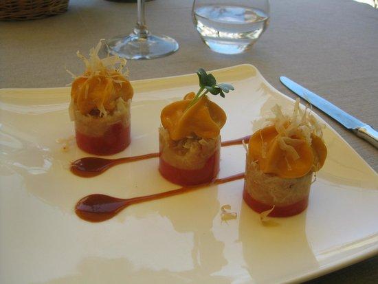 Christian Etienne : Strates de tomates « Marmande » au piment doux, miettes de tourteaux, espuma tomate