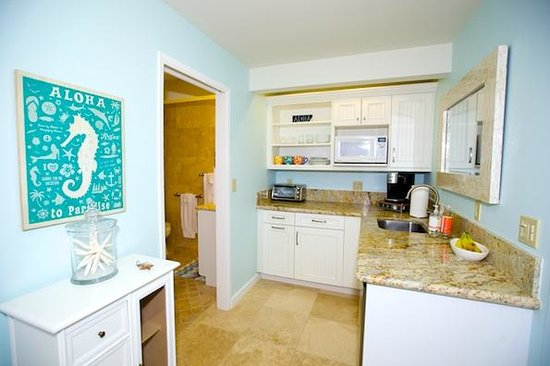 Paradise Palms Bed and Breakfast: Kitchenette area