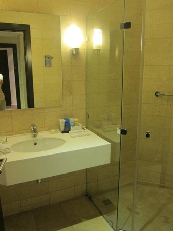 Grand Swiss-Belresort Tala Bay, Aqaba: Large bathroom