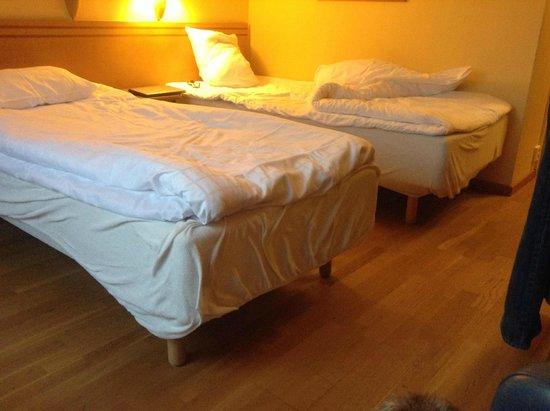 Scandic Linkoping West: Lägg märke till överdraget på sängbottnarna!