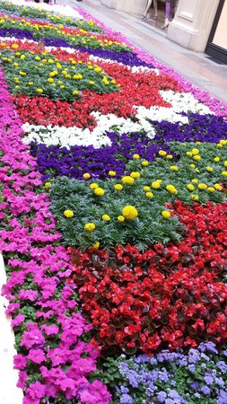 GUM Department Store (Glavny Universalny Magazin): Flowers everywhere!
