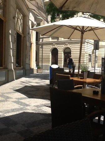 Sahara Café Lounge & Restaurant : funky sidewalk seating