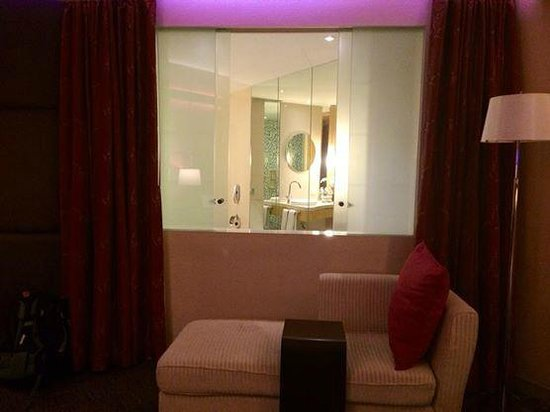 Centara Grand at CentralWorld : View from room to Bathroom