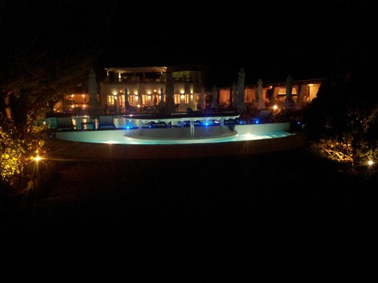 Chora Resort Hotel and Spa: Night view of the grounds