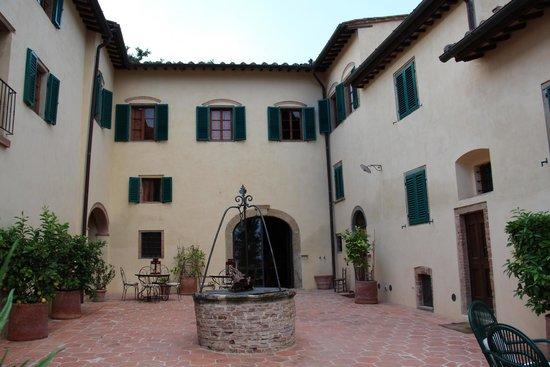 Il Paluffo - Main House B&B: Hof mit Terrasse