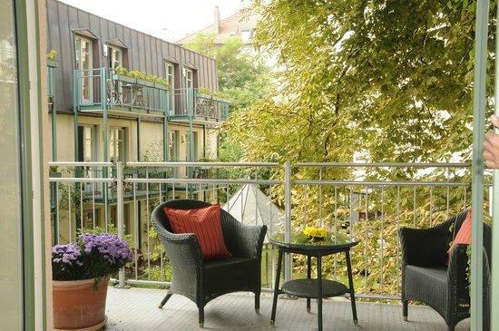 Maximilian Munich Apartments & Hotel: Balkon aus der Rose Garden Suite