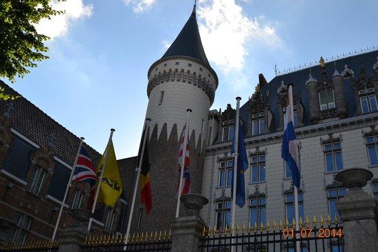 Hotel Dukes' Palace Bruges: entrada principal y torreon