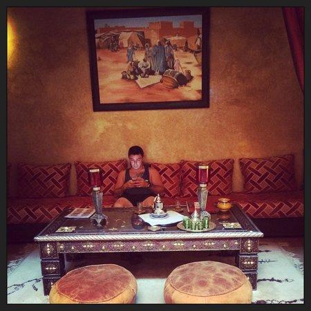 Riad Lapis-Lazuli : Salon très agréable en face de la piscine